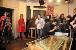 Kunst, Lehranstalt und Fernsehkanal in einem: Die Macher von Westfernsehen bei der ersten Sendung im Dezember 2009