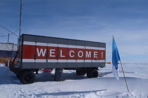 Das erste Welcome auf Antarktika. Novolazarevskaya Air Field, bei der Zwischenlandung auf dem Weg nach Neumayer III.