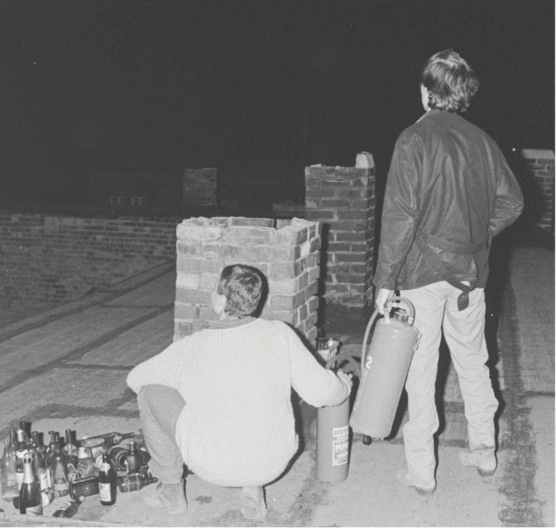 Bewohner der Stöckartstraße rüsten sich am 3. Oktober 1990 für den erwarteten Fascho-Angriff; Foto: Martin Jehnichen