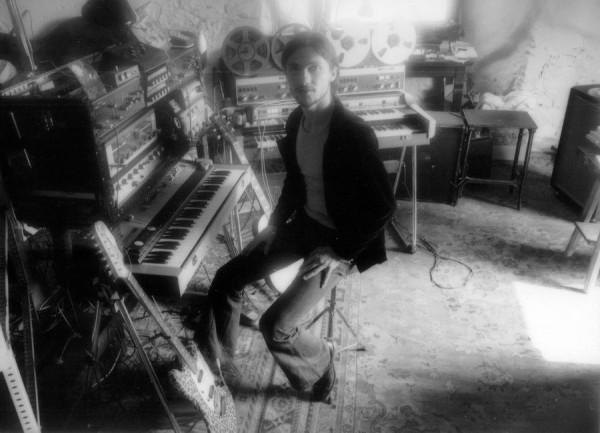 Michael Rother an seinen Instrumenten im Harmonia-Studio, 1973. Foto: Ann Weitz.