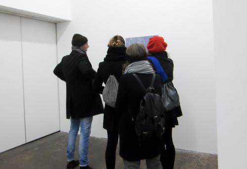 Menschen um Kunst im Archiv Massiv, Foto: BSE