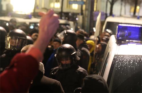 Legida-Gegendemonstranten und die Polizei, Foto: Tim Wagner