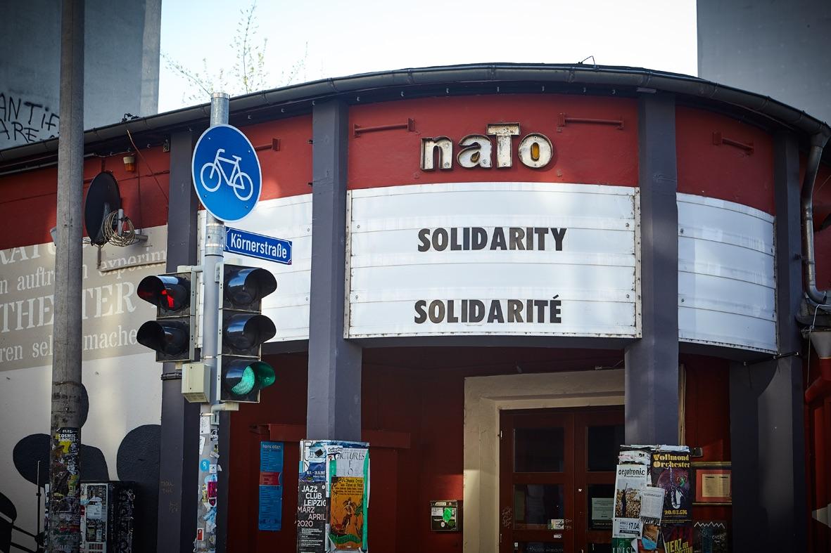 Die Anzeigetafel eines Kinos auf der Soldarität in englisch und französisch steht