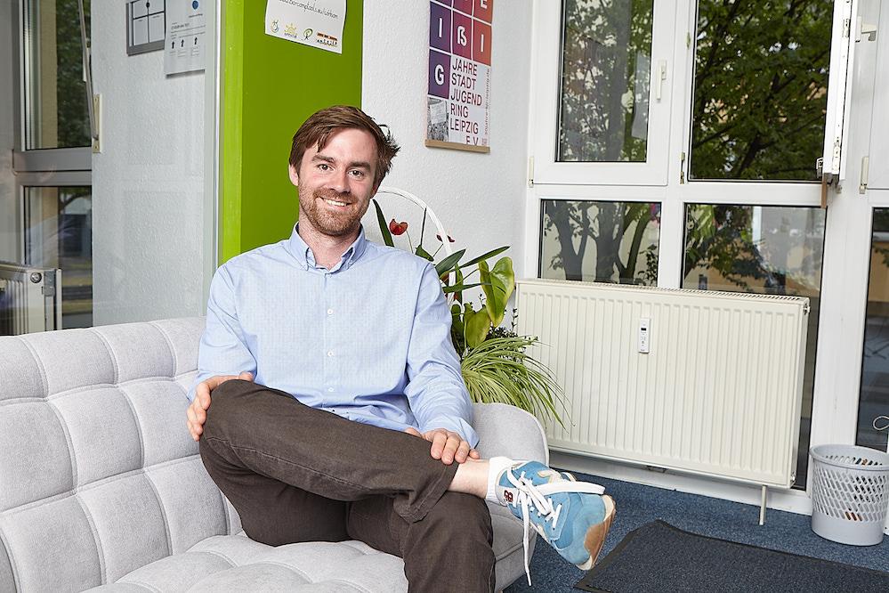 Geschäftsführer Schwieger sitzt in seinem Büro auf einem Sofa