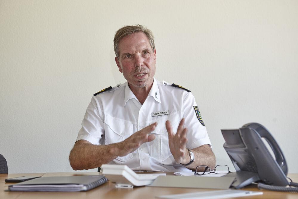 Der Polizeipräsident sitzt an seinem Schreibtisch