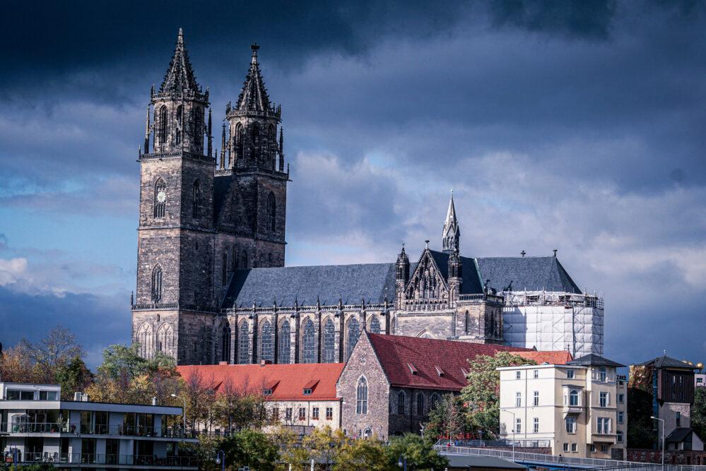 Der Magdeburger Dom in dunklen Wolken